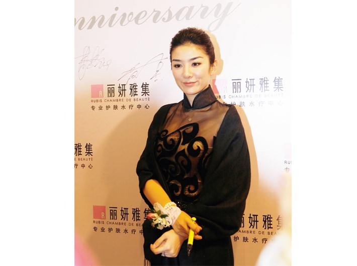 "Rubis SPA held a party ""presenting elegance, sharing beauty'""in Jiuguang Department. More than 500 members attended. Star members Chen Farong, Huang Yi, Lu Yi and others attended."